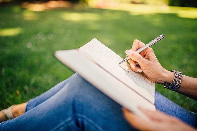 https://pixabay.com/photos/writing-writer-notes-pen-notebook-923882/